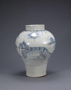 백자 청화 호랑이 무늬 항아리  조선<br/>白磁靑 虎文壺  朝鮮<br/>Jar with tiger decoration
