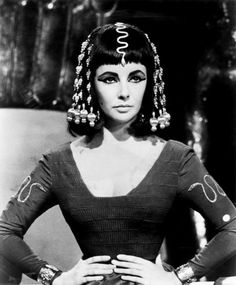 Elizabeth Taylor played Cleopatra in 1963 and the film was influential to fashion. The liquid-liner experiments of the mod and the geometric Vidal Sassoon hairdos come through in Elizabeth Taylor's portrayal of Cleopatra. Elizabeth Taylor Cleopatra, Elizabeth Taylor Movies, Vintage Hollywood, Old Hollywood Glamour, Hollywood Jewelry, Hollywood Stars, Golden Age Of Hollywood, Hollywood Lights, Hollywood Icons