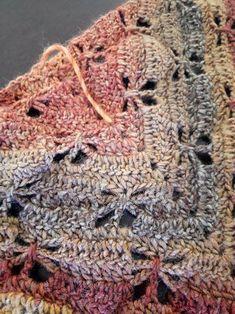 un tuto châle au crochet avec des motifs ajourés qui forment des libellules sur le corps du châle Poncho Crochet, Filet Crochet, Crochet Scarves, Diy Crochet, Crochet Clothes, Crochet Stitches, Prayer Shawl, Knit Patterns, Knitting