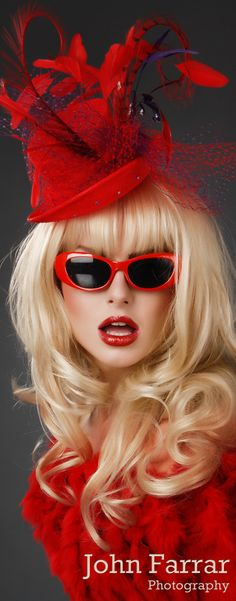 Red Chapeau by John Farrar by dolly Foto Fashion, Red Fashion, Party Fashion, Fashion Hats, Street Fashion, Fashion Outfits, Fashion Trends, Red Hat Society, Love Hat