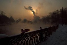 "Gueorgui Pinkhassov ""Just Light Like"" 1995 - En el río Yauza. Photography Lessons, Color Photography, Street Photography, Amazing Photography, Magnum Photos, Ukraine, Moving To Paris, Photographer Portfolio, Fine Art Photo"