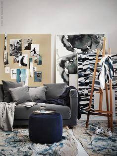 Kies met blauw, grijs en zwart voor een rustige basis in de woonkamer | IKEA IKEAnl IKEAnederland wooninspiratie inspiratie interieur wooninterieur kamer creativiteit STOCKHOLM 2017 3-zitsbank bank zitbank sofa STOCKHOLM 2017 poef GURLI plaid NATTGLIM stof decoratie decoratief accessoire accessoires kunst schilderen