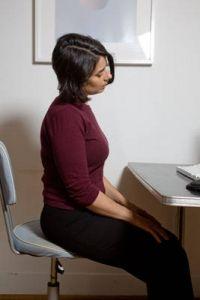 Giro del cuello: elimina la rigidez y tensión del cuello. Cierra los ojos. Deja tu barbilla caer hacia el pecho. Comienza un movimiento circular del cuello lentamente, moviendo la oreja derecha hacia el hombro derecho, llevando la cabeza hacia atrás y luego llevando la oreja izquierda hacia el hombro izquierdo. Siempre manteniendo los hombros sueltos y relajados. Gira el cuello 3 a 5 veces y luego cambia de dirección.