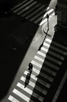 Business Man Photography, Night Street Photography, Light And Shadow Photography, Black And White Photography, Shadow Images, Images Étonnantes, Photography Composition, Urban Photography, Macro Photography