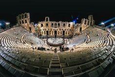 Το Ηρώδειον Θέατρον στη σκιά του Ιερού Βράχου της Ακροπόλεως των Αθηνών.