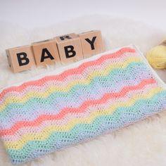 Nederlands Mooiste Rainbow babykleedje. Gehaakt met biologische Rainbow garen, wat ons eigen biologische katoengaren is in een zachte en fijne 8/4 kwaliteit.