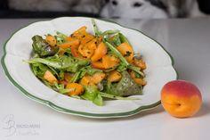 Frischer Salat mit Aprikosen an einem Zitronen-Olivenöl-Reismilch-Dressing mit Pfefferminze