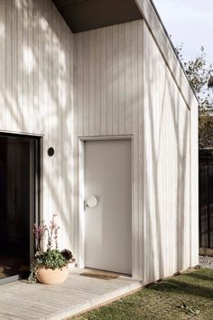 Interior stylist Rebecca Leijer and her construction manager husband Damien, co-owners of design studio Leyer have designed and built a contemporary, Scandi-style beach house in Torquay on the Great Ocean Road. Australian Architecture, Australian Homes, Residential Architecture, Architecture Design, Timber Cabin, Timber Cladding, Beach Shack, Scandi Style, Design Studio