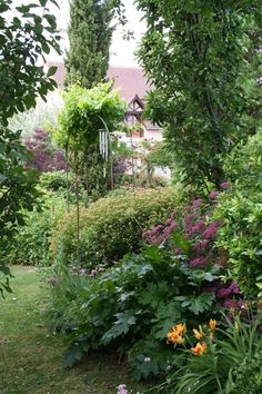 Stunningly beautiful cottage garden in France - photo by http://gardendesigncompany.files.wordpress.com
