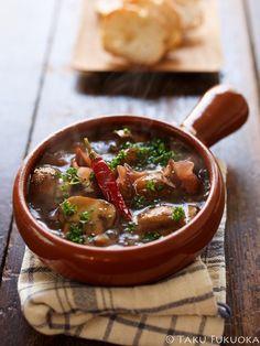 スペイン料理でおなじみのアヒージョ。ここ数年で日本でも知名度が上がり人気のある料理。作り方も簡単で自宅で作る人も多くいるようです。材料も、エビやタコなどのシーフードのものから、鶏肉やウィンナーを使ったものまで多種多様。こちらでは、アヒージョを美味しく作るレシピを具材別にまとめてみました。アヒージョを知ってる人もそうでない人も、いろんな味を試してみませんか?