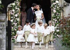 Pippa Middleton et James Matthews mariés entourés des enfants d'honneur