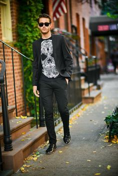 How to wear: black blazer, black and white print crew-neck t-shirt, black chinos, black leather oxford shoes Black Chinos, Black Oxfords, Oxfords Negros, All Black Outfit For Party, Looks Black, New York Mens, Blazer Outfits, Winter Fashion Outfits, Stylish Men