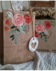Creative Gift Baskets, Creative Gift Wrapping, Creative Gifts, Quick Crafts, Diy And Crafts, Paper Crafts, Craft Packaging, Pretty Packaging, Homeless Bags