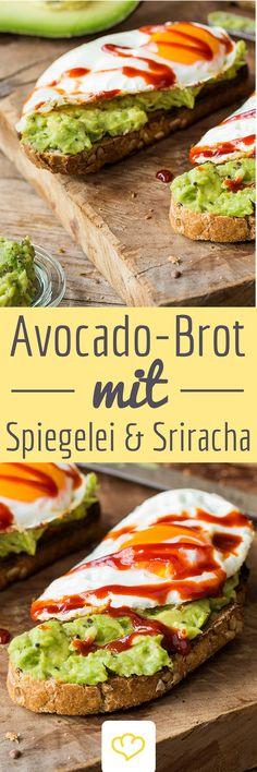 Frühstück für Helden: Avocado-Creme, Spiegelei und ein paar Spritzer Sriracha-Chili-Sauce!