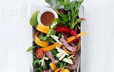 Fyldig salat af marineret kød & grønt