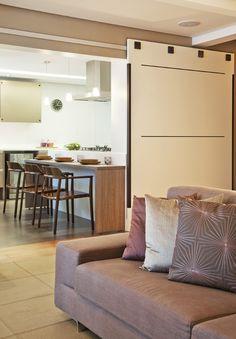 Integração é o ponto chave. Veja o restante dessa casa: http://www.casadevalentina.com.br/projetos/detalhes/para-receber-os-amigos-616 #decor #decoracao #interior #design #casa #home #house #idea #ideia #detalhes #details #style #estilo #casadevalentina #livingroom #saladeestar