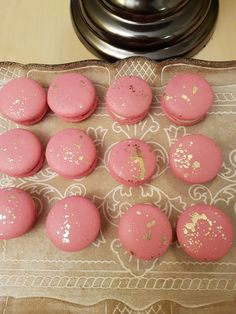 Goud gespotte, roze macarons met een vulling van passievruchten  crème.