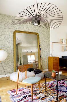 L'association tapis mutlicolore, grand miroir posé au sol et lampe Vertigo font de cet intérieur un style mix and match très réussi