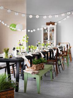 Med naturliga blomsterarrangemang, omsorgsfulla långkok och ekologiska råvaror i säsong umgås vi kring långbordet! GREBBESTAD/RYGGESTAD bord svart, NORNÄS bänk i massiv furu, här målad i en mild grön nyans, DINERA skål, ENSIDIG vaser, KORKEN flaska, SOLVINDEN dekoration för ljusslinga, SOLVINDEN LED solcellsdriven taklampa.