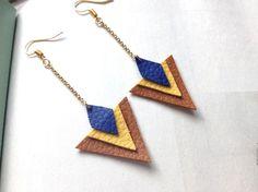 Découvrez Boucles d'oreille triangles cuir marron, jaune et bleu chaînette doré  sur alittleMarket