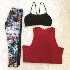 Sunday workout(fit) ✔️. Love these feathered snake print leggings by #strutthis with ankle to hip mesh paneling. Paired with a crazy comfy #shopcoobie bra and braided muscle top from #urbanoutfitters. . . . Shop similar looks @simplyworkout. #fitnessfashion #berry #snakeprint #athleisure #shopthislook #barre #barreclass #fitnessjourney #dancefitness #pilatesreformer #boxingworkout #tiuteam #bbg #simplyworkout