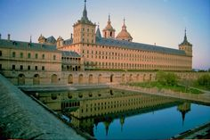 Desornamentado  Meaning unornamented  Limited to court, ecclesiastical and public buildings and was never considered fully suitable for domestic use  Plain surfaces have carefully refined proportion ►Example: El Escorial