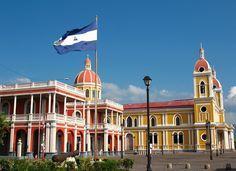 Bandeira Nacional na Praça da Independência na cidade de Granada. ◆Nicarágua – Wikipédia http://pt.wikipedia.org/wiki/Nicar%C3%A1gua #Nicaragua