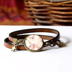 Bracelet en cuir véritable, cordon plat de 5 mm de largeur de couleur rose, motif aquarelle cerisier en fleur. Bracelet cabochon sur support