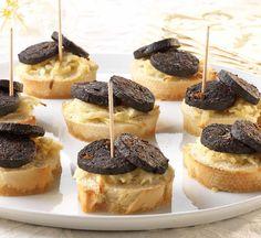 Toastjes met zwarte pens en appel