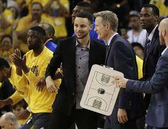 AP Photo: El jugador de los Warriors de Golden State Stephen Curry, en el centro, y el técnico Steve Kerr sonríen durante un tiempo muerto en la primera mitad de su Juego 2 en primera ronda de playoffs de la NBA ante los Rockets de Houston, el lunes 18 de abril de 2016 en Oakland, California, EE.UU. (AP Foto/Ben Margot)