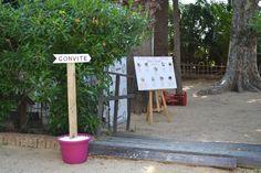 Una BODA de temática GATUNA. 31.8.13 Zona: Convite. Carteles de madera para orientar a los invitados.