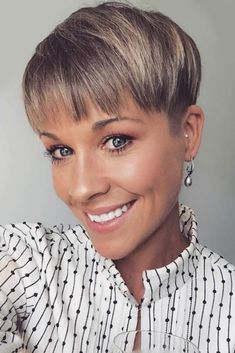 24 Taper Fade Haircuts For The Boldest Change Of Image 24 coupes de cheveux Taper Fade pour le chang Pixie Hairstyles, Cool Hairstyles, Taper Fade Haircut, Womens Tapered Haircut, Gorgeous Hair, Hair Pieces, Short Hair Cuts, New Hair, Curly Hair Styles