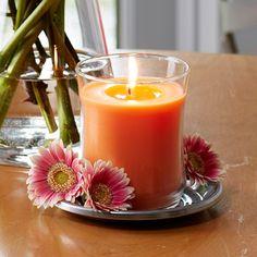 Pot à bougie Escentiel Pivoine - Pour une expérience sensationelle. La forme moderne du pot à bougie se fondra parfaitement dans tous les intérieurs. L'ouverture évasée permet une diffusion optimale de la fragrance. La marque au fond du pot vous permet de savoir quand il est temps de changer de bougie.  Livré dans une boîte cadeau.  Durée de combustion : 40-60 heures.