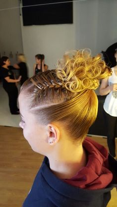 Topbun with curls. Black Girl Short Hairstyles, Gym Hairstyles, Braided Ponytail Hairstyles, Cute Girls Hairstyles, Everyday Hairstyles, Gymnastics Hairstyles, Wedding Hairstyles, Updo Hairstyle, Medium Long Hair