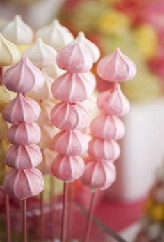 Macarons, cupcakes & cakepops move over.There is a new sweet trend on the block - meringue wedding treats! Meringue Desserts, Meringue Cookies, Meringue Girls, Easy Desserts, Pavlova, Cake Pops, First Birthday Parties, First Birthdays, Birthday Kids