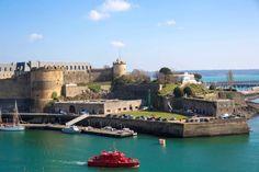 À Brest, le château, intégré à la citadelle Vauban, siège de la Préfecture maritime et du musée national de la Marine, surplombe la rade et la Penfeld