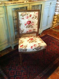 Jolie chaise style Louis XVI à dos plat, tissu neuf - http://www.lesbrocanteurs.fr/annonce-antiquaire/jolie-chaise-style-louis-xvi-a-dos-plat-tissu-neuf/