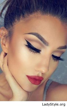 Cat eyes and red lips - LadyStyle