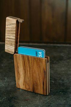 Deze slanke en stijlvolle hickory portemonnee is handgemaakte in Spokane, Washington, USA. U zet uw portemonnee in uw voorste broekzak of deze portemonnee terug zal houden. Alle portefeuilles zijn gemaakt met de mooiste hardhout, en hebben allemaal een solide koperen vat scharnier, in plaats van de scharnier van een houten of één pin. Met de zachte randen en dun design, slechts 1/2 dik, merken niet u eens het in uw zak. De 100% Tung olie afwerking geeft de portemonnee een natuurlijke look en…