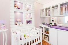 Para o quarto desta menina, arquitetos Débora Dalanezi e Marcello Sesso usaram carneirinhos como tema e atenderam o pedido da mãe do bebê, que queria que o quarto de 8 m² fosse feminino, aconchegante e que brincasse com os tons de lilás.