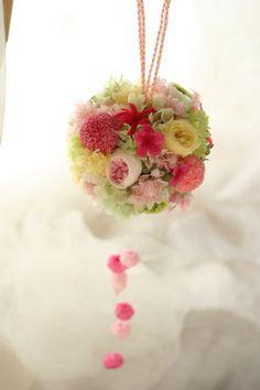 和装に持つ、ボールブーケです。ずっと前に作りかけのままでしたが、バッグやボール、バスケットブーケのまとめ記事です。と、お茶を濁す。一会は今年最後の修羅場モ... Japanese Wedding, Japanese Style, Arte Floral, How To Preserve Flowers, Projects To Try, Bouquet, Wreaths, Bridal, Spring