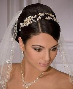 Fingertip Length Wedding Veils... Budget wedding ideas for brides, grooms, parents & planners ... https://itunes.apple.com/us/app/the-gold-wedding-planner/id498112599?ls=1=8 … plus how to organise an entire wedding ♥ The Gold Wedding Planner iPhone App ♥