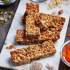 Energibar med frön, kärnor och aprikos   Recept ICA.se Healthy Baking, Healthy Recipes, Fika, Energy Bars, Outdoor Cooking, Cereal, Sweets, Breakfast, Desserts