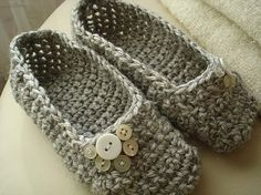 oooh i can't wait for cold weather, and i wish i had a pair of these! Crochet Wool, Crochet Shoes, Crochet Slippers, Cute Crochet, Crochet Crafts, Crochet Projects, Patron Crochet, Knitting Patterns, Crochet Patterns