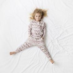 Met een knusheidsfactor zo hoog (denk knapperend-haardvuur-level) is deze pyjama / homewear van Snurk onmisbaar voor een gezellige herfst- of winteravond.  Opgelet: Sweater en Pants zijn apart te koop!  Ontdek ook de andere motieven in de Mamzel webshop of tijdens een Mamzelparty.  #pyjama #homewear #snurk #breimotief #bedtime