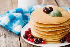 Nimic nu transmite mai bine atmosfera relaxată de weekend decât aceste clătite pufoase ușor de făcut acasă la micul dejun.