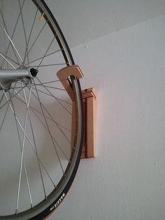 Soporte de bicicletas para pared fabricado en madera modelo Hank