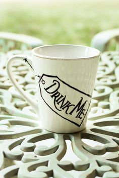 Your place to buy and sell all things handmade Alice au pays des merveilles Drink Me tasse par idahogirldesigns I Love Coffee, My Coffee, Coffee Cups, Tea Cups, Disney Coffee Mugs, Diy Becher, Diy Mugs, Sharpie Mugs, Drink Me