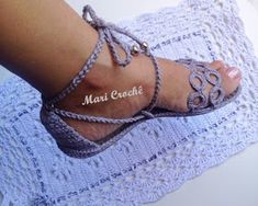 Mari Crochê: Nova Criação - Sandália Mari Crochê Bobble Crochet, Diy Crochet And Knitting, Crochet Crafts, Crochet Sandals, Crochet Boots, Crochet Slippers, Crochet Shoes Pattern, Shoe Pattern, Crochet Patterns
