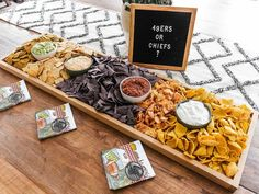 Party Food Buffet, Easy Party Food, Party Trays, Snacks Für Party, Charcuterie Recipes, Charcuterie Platter, Sweet Potato Crackers, Salt Crackers, Easy Chips